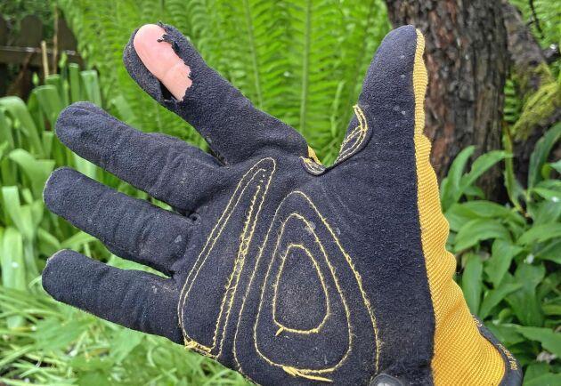 När alla betongstenarna var lagda hade de nött fram pekfingret ur handsken.