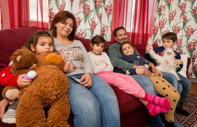 Reim och Taisir hoppas på en nystart för hela familjen i Norra Rörum. Här med barnen Rätta, Lamar, Silvia och Meray.