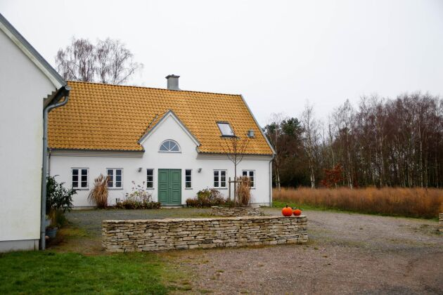 Johan Sjöbloms gotländska arv syns i det moderna boningshuset och sparrishuset (till vänster) som är byggda i gotländsk stil. Muren och verandaplattorna är gjorda i gotländsk kalksten. Vid sidan av lantbruket hyr paret Sjöblom ut ett semesterboende som ligger i sparrishuset där även gårdsförsäljningen inryms. Lokalen nyttjas även i samband med studiebesök och sparrissafari.