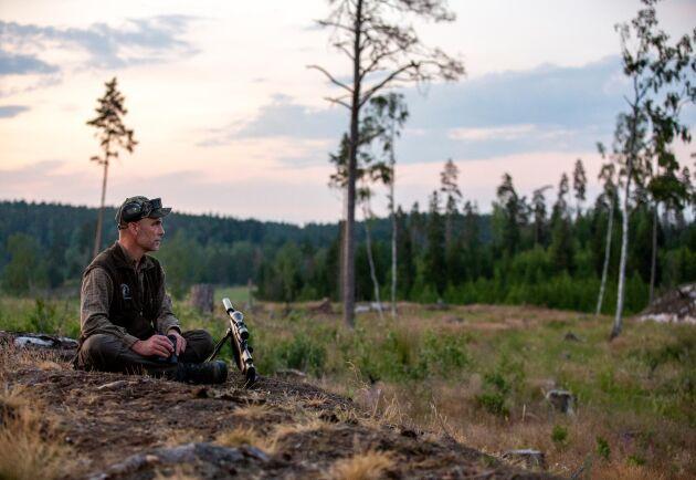 300 jägare gick i slutet av juni till gemensam aktion mot vildsvinen i Sörmland. ATL följde med Anders Nilsson, biträdande riksjaktvårdskonsulent vid Svenska Jägareförbundet, på pass.