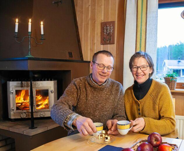 Knut och Jaana värmer sig med en kopp kaffe med sin egen kaffeost, och har tänt en brasa som knastrar skönt.