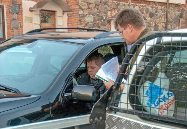När Lars-George Hedlund parkerar sin skogsbil på torget står lokala skogsförmedlare redan och väntar. Det är 2010 och Lettland lider fortfarande av finanskrisen. Objekten kan vara inköpta på exekutiv auktion.