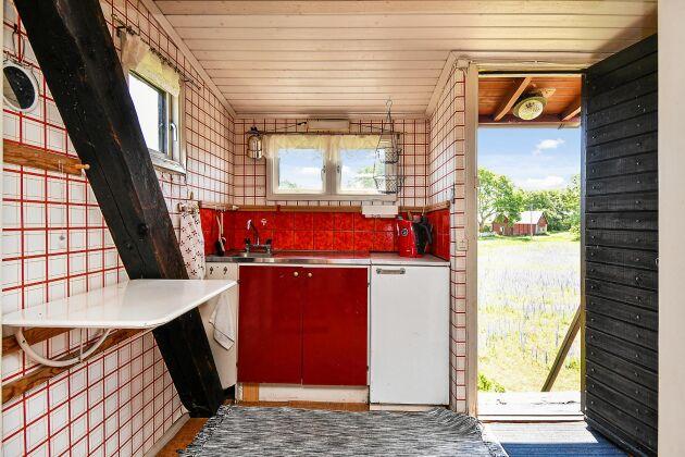 Inuti finns kök med trinett, flera sovplatser och sällskapsyta.