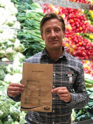 På Ica Kvantum i Varberg har Ica-handlaren Victor Andersson infört pappåsar i frukt- och gröntavdelningen.