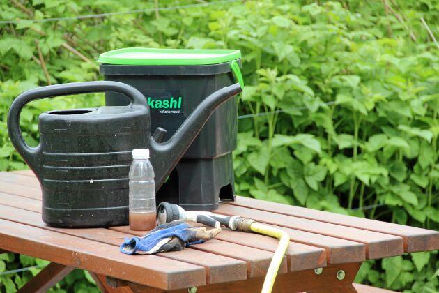 Lakvattnet tappas ur hinken, blandas med vatten och kan användas som näringsvätska och propplösare.