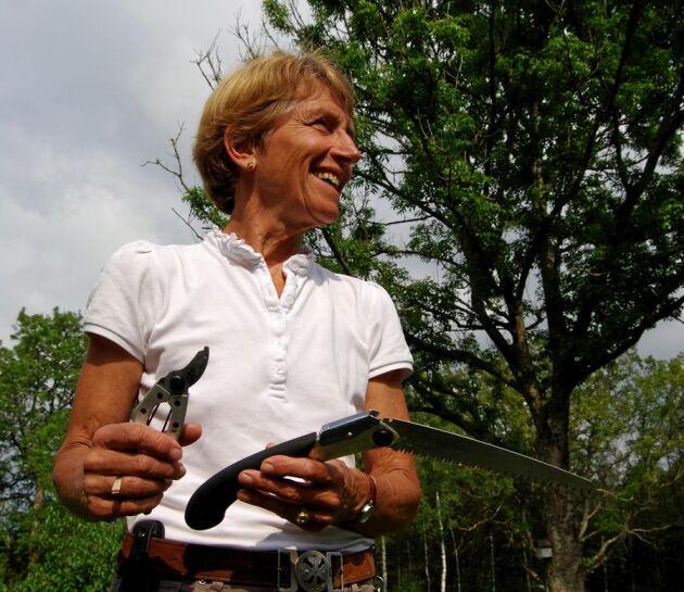Bästa redskapen. Handsåg och sekatör är Birgit Timners favoritverktyg. Maskiner är jobbiga när de inte startar och måste servas.