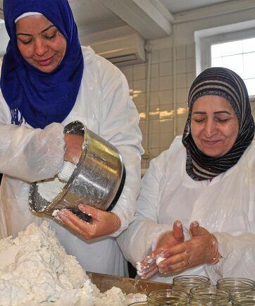 Noor Ismael och Vidad Ali är proffs på att rulla yoghurtbollar.