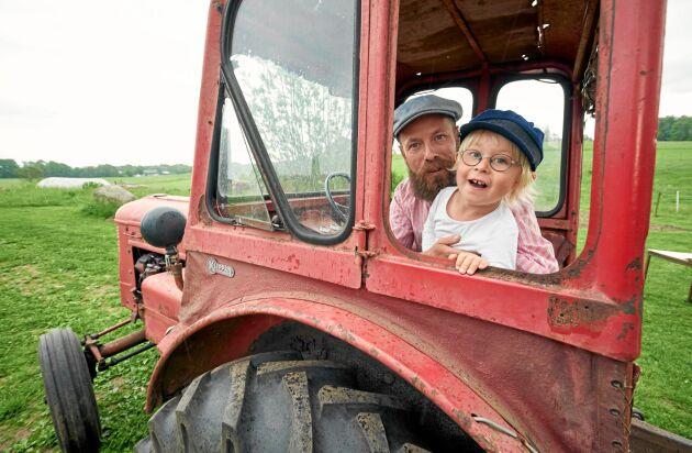 Familjen har 1000 kvadratmeter extra mark där de odlar sju sorters potatis, rotfrukt och lök, med mera. 4-årige Atle älskar att åka med pappa i traktorn av märket Victor från 1958.