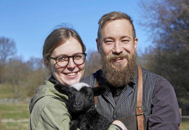 Smeden Kristofer Åberg med sambo Sofia Hansson bor på landet utanför S:t Olof i Skåne, här med lammet Juno.