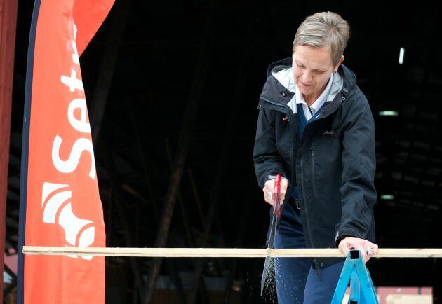 """Hannele Arvonen, VD för Setra, """"sågar"""" förädlingen mot byggvaruhandeln för att i stället satsa på bygg och konstruktion."""