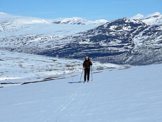 I slutet av april kan våren ha tagit hårt på snön, men här finns tillräckligt för en tur i sagolikt landskap. Elin Steen på väg upp från Teusajaure söderut mot Vakkotavare på Kungsleden.