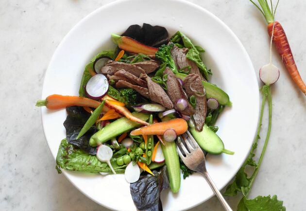 Vildsvinskött har ingen utpräglad viltsmak och passar fint i en sallad med influenser från Asien.