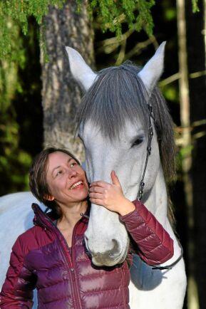 Bättre att se på hur hästen lär sig än att försöka använda ledarskap, säger Elke Hartmann på Sveriges Lantbruksuniversitet.