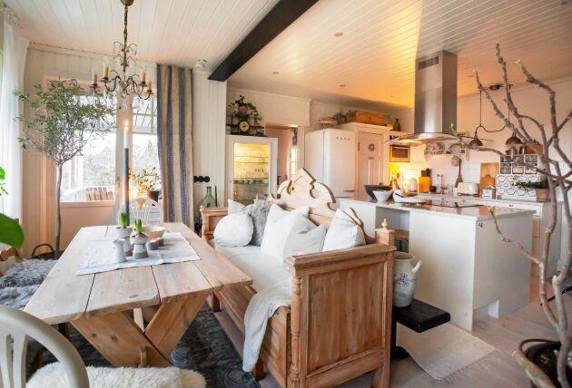 Köksbordet har Åke snickrat av brädor från den gamla köksväggen. Stolarna är loppisfynd och soffan från Åkes farfar.