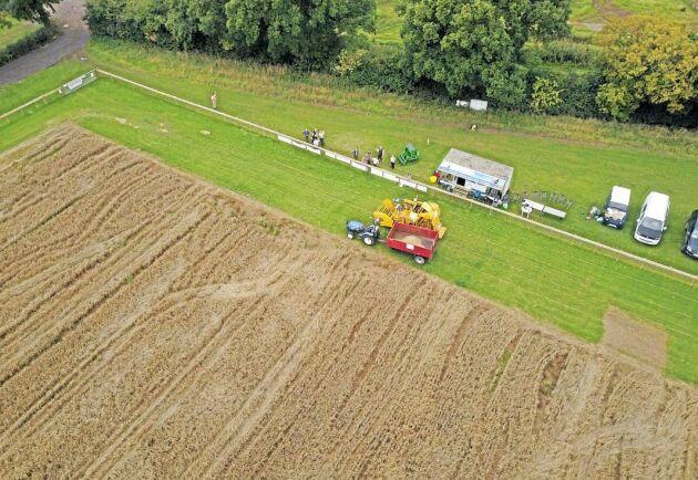 Fältet har odlats och skördats utan mänsklig inblandning i de olika momenten.
