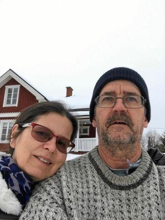 Hemmansägarna Ingela och Erik Hörnell på gården i Klaxåsen.