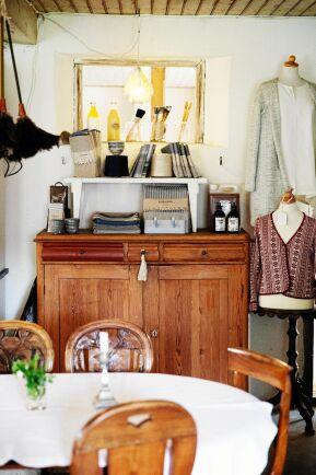 I caféet säljer Maria lokalt hantverk, som stickade tröjor i traktens mönster, vävda dukar och tyger med mera.