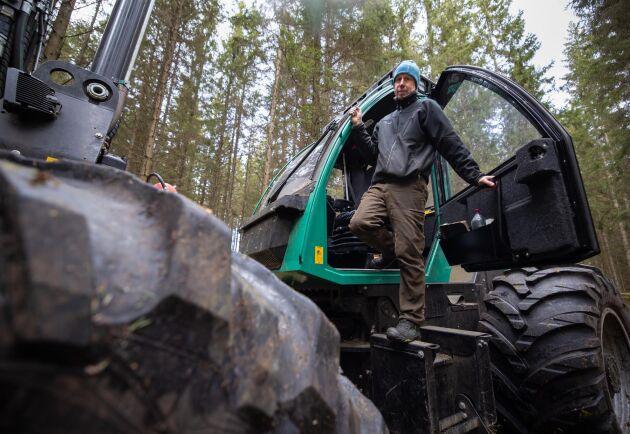 """Inte bara tyngdpunkten är låg. Även förarplatsen är lägre än på andra maskiner. """"Det gör att man kommer in under grönris när man ska in och gallra"""", säger Magnus Karlsson."""