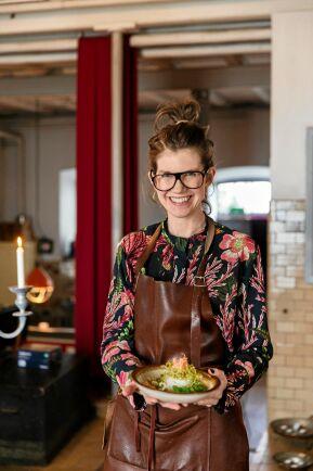 """Rina har bytt yrke från mäklare till """"värdmästare"""" på Lis Mejeri. Inför julbordssäsongen 2016 kastade hon och Johan tryggheten över bord och sa upp sina fasta jobb."""