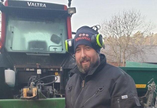Kurt Benjaminsson i Rabbalshede tvingades i går hälla ut över två kubikmeter mjölk då tankbilen inte kunde komma fram till hans gård på grund av blixthalkan.