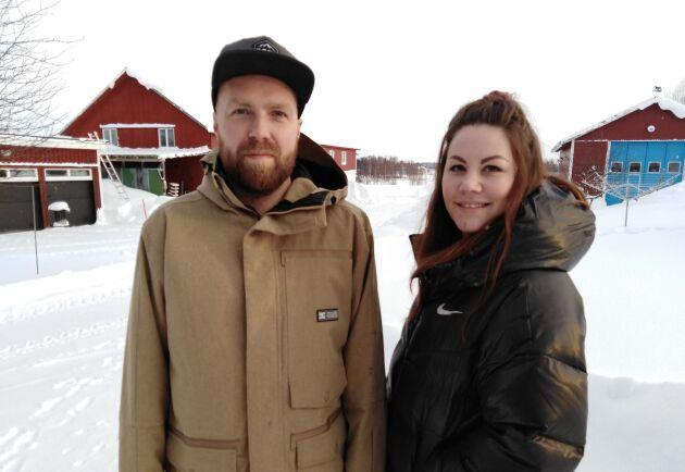 Peder Engström och Malin Öhberg på gården.