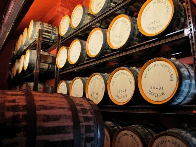 Bara en mindre del av Mackmyras whisky Svensk Ek är lagrad på just ekfat.