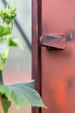 Ett omklädningsskåp av plåt fick en omgång av sprayfärg i rostbrun nyans (Biltema effektspray rost) och lite svart för att ge liv åt ytan.