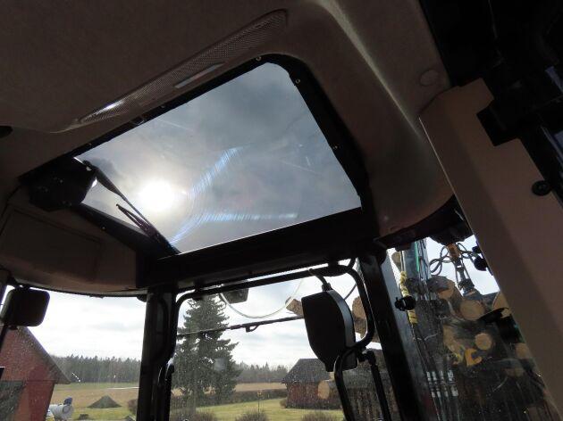 Takfönstret baktill ger föraren bra sikt över kranen hela tiden.