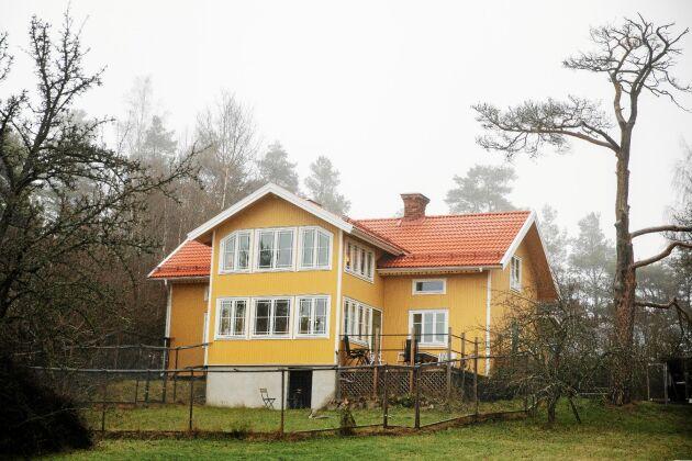 Det gula 1800-talshuset har fått burspråksliknande utbyggnader.