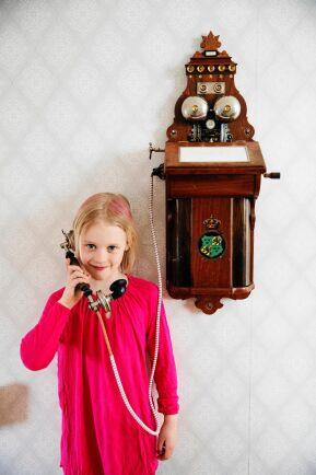 Felicia älskar väggtelefonen, som nog Olof och Beda ganska ensamma om att ha hemma på 1920- och 1930-talen.