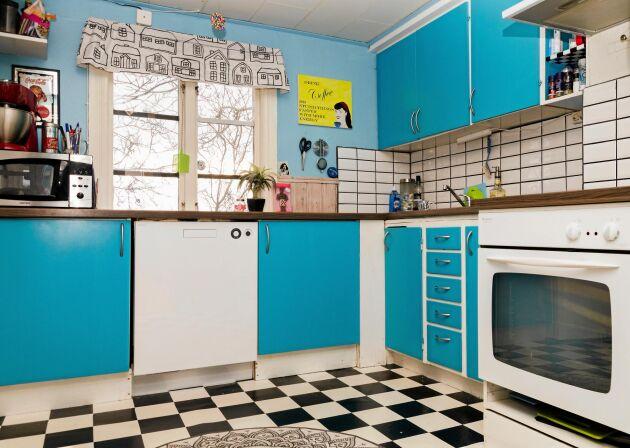 Köket är målat i Carolinas älsklingsfärg, turkos. Och så ett rutigt golv i lite amerikansk diner-stil.
