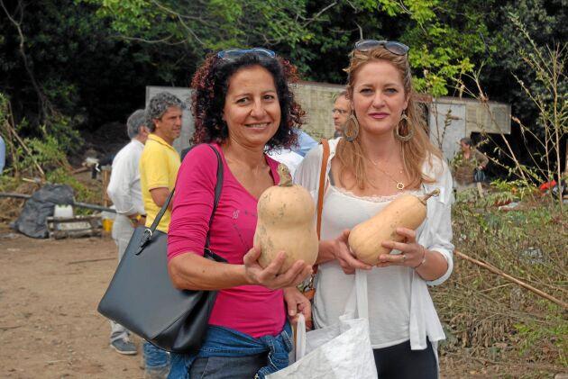 Silvia Landi och Maria Grazia Catania har köpt pumpor för att stödja den drabbade jordbrukaren Federico Rustici.