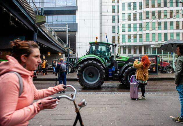 En traktor kör förbi en spårvagnsstation i Haag under en demonstration i oktober i år då i nederländska bönder protesterade mot förslag på nya regler för kväveutsläpp.
