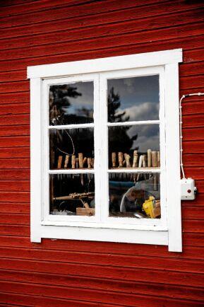 Dold pärla. I ett av uthusen finns gammelfarfars snickarverkstad bevarad, med verktygen i oklanderlig ordning.