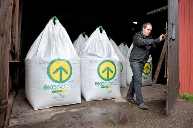 Emil Olsson vars företag Ekoväx är en av de dominerande aktörerna för ekogödsel, ser en fortsatt tuff gödselmarknad framför sig eftersom råvaran är så dyr.