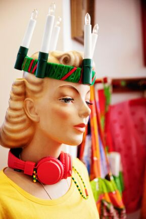 Skyltdockan Astrid får kläder och accessoarer efter säsong, så här års får luciakrona.
