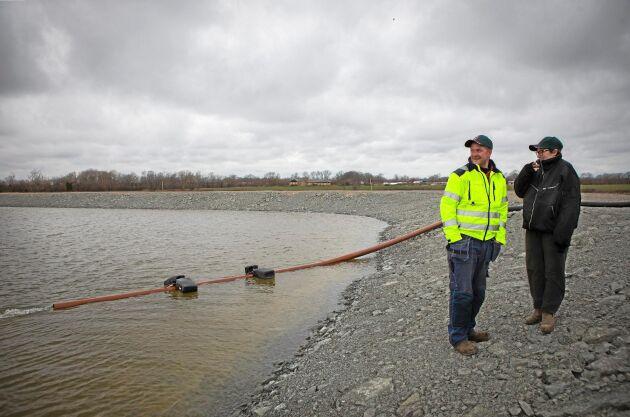 Dammen rymmer 100 000 kubikmeter och kostade 1,6 miljoner kronor. Delar av investeringskostnaden hoppas Tobias och Karin Knutsson kunna hämta hem genom bidrag.