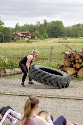 Felicia Eriksson är en hejare på att välta traktordäck.