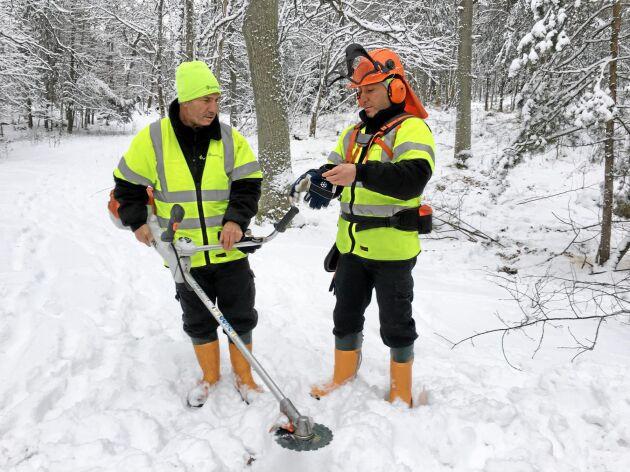 Yacoub Gerges hjälper Bashar Yagop att förbereda sig för att röja i skogen kring Brostugan på Kärsön, Ekerö.