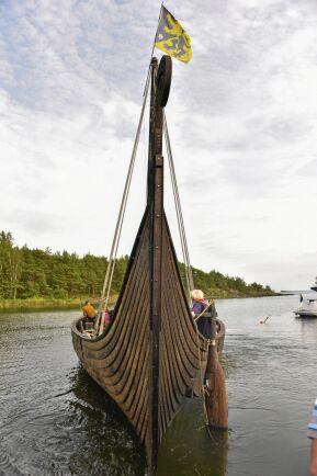 För att ta sig över Vänern bokade Lars vikingabåten Sigrid Storråda, ett av världens största sjögående vikingaskepp som hör hemma i Blomberg i Västergötland. Båten är en replika av vikingaskeppet som finns på Vikingskipshuset på Bygdøy i Oslo.