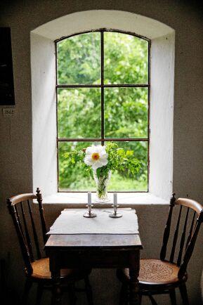 De djupa fönsternischerna i den gamla ladugården ger nästan känslan av att vara i en kyrka.