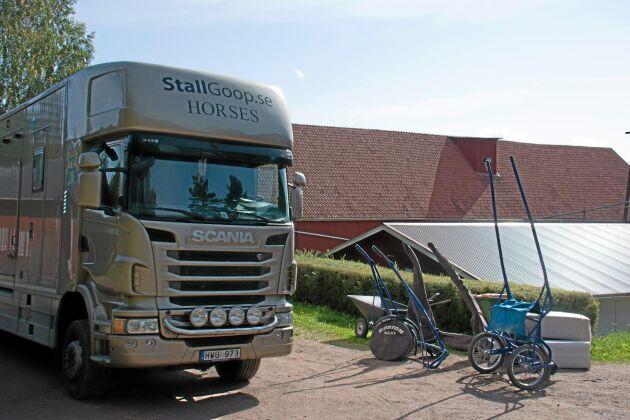 Lastbilen har egen chaufför men ibland hyr man även in externa personer som kan köra.