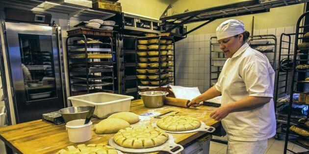 De bakar hantverksmässigt bröd på kulturspannmål