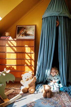 3-åriga Weras rum är fantasifullt och mysigt med ett eget sagotält.