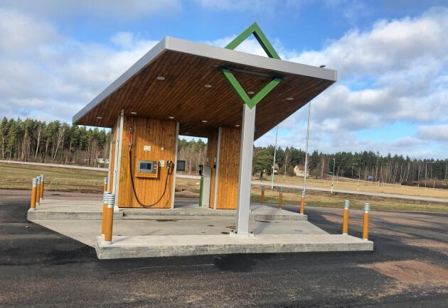 Sveriges bönder producerar en stor del av den biogas som säljs i landet. Ett exempel är Hagelsrums gård som levererar gas till fyra mackar i Småland. Läs mer här.