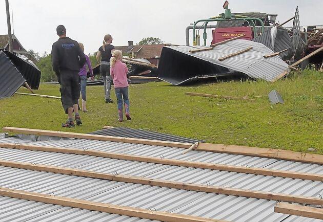 Taken från fastigheterna på gården i Haltemåla lyfte till följd av ovädret.