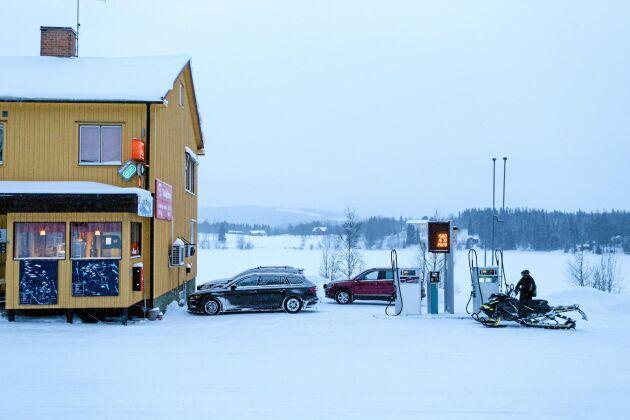 På vintern får bilarna konkurrens av skotrar vid bensinpumpen. Skoteråkningen är stort här.