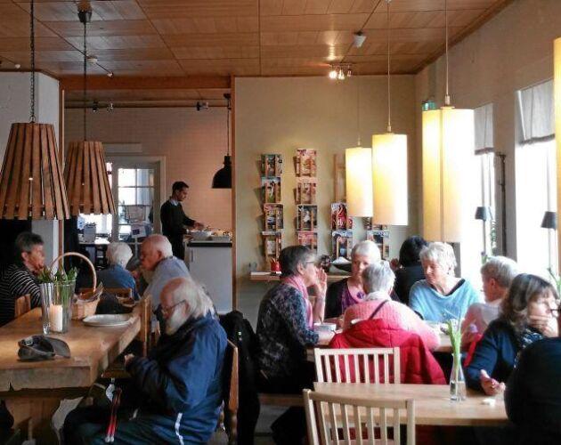 Att bli sittande på kondis, som här på Siljans konditori i Leksand, är en behaglig del av livet. Pratande eller bara drömmande. På bortre väggen finns tidningsställ.