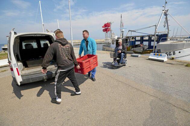 André och Joakim lastar bilen med nyfiskad piggvar. Morfar Jim är nöjd med att yrkesfisket lever vidare i släkten.