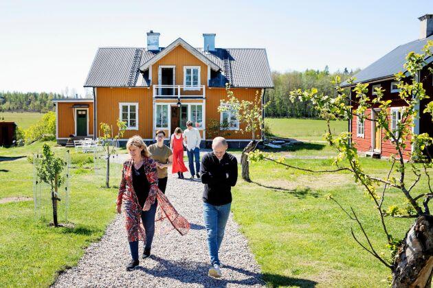 Sexmansgården ligger centralt i byn och Marsjöborna uppskattar familjens renovering.
